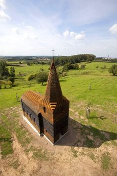The church is 10 meters high and is made of 100 layers and 2000 columns of steel. Depending on the perspective of the viewer, the church is either perceived as a massive building or seems to dissolve – partly or entirely – in thelandscape. On the other hand, looking at the landscape from within the church, the surrounding countryside is redefined by abstract lines.
