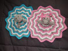 Jaaaa, eindelijk is hetzover! Eind januari word ik voor het eerst tante en krijgen onze bengels er hun eerste neefje of nichtje bij. Super... Crochet Security Blanket, Crochet Lovey, Baby Blanket Crochet, Baby Presents, Baby Gifts, Snuggle Blanket, Baby Blankets, Baby Lovey, Crochet Animals
