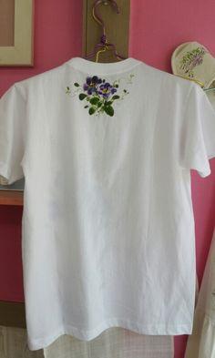 천아트-시원해 보이는 티셔츠~~ : 네이버 블로그 Embroidery Leaf, Shirt Embroidery, Embroidery Patterns, Emt Shirts, Kurti Neck Designs, Cute Outfits For School, Embroidered Clothes, Clothes Crafts, Clothing Hacks