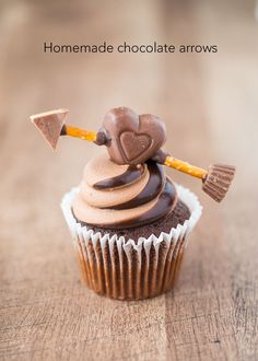 Cupid's Chocolate Arrow Cupcake Topper for Valentine's - a quick and easy treat made with Reese's. Something that all chocolate lovers will love! These cupid chocolate arrows will go straight to your lovers heart (cheesy, but Chocolate Stout, Chocolate Recipes, Chocolate Lovers, Fondant Cupcake Toppers, Cupcake Cakes, Rose Cupcake, Cup Cakes, Valentine Desserts, Valentine Cupcakes