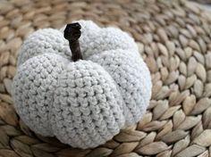 Tutoriel DIY: Crocheter une citrouille décorative via DaWanda.com Diy Crochet Amigurumi, Crochet Diy, Crochet Fall, Crochet Hooks, Tutorial Crochet, Crochet Ideas, Diy Halloween, Pinterest Crafts, Diy Pumpkin