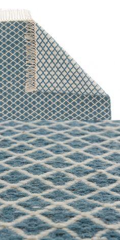 Ein Mix aus natürlicher Wolle und Baumwolle wird für unseren Teppich Loni von Hand in Leinwandbindung verwoben. Das umkehrbare Diamantmuster schmückt Ihre Böden und lässt sich je nach Laune in einer der beiden Farbgebungen auswählen. Fransen an den Enden runden den zeitlosen Stil ab.