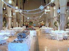 déco flocons  au plafond pour un mariage hiver