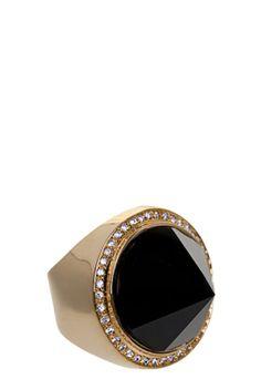 Anel Raphael Falci Cone dourado, feito em metal banhado em ouro 18k. Com aplicação de Onix de lapidação cônica, o Anel Raphael Falci Cone tem também cristais incolores ao redor da pedra.