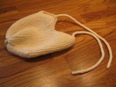"""Djævlehuener en del af min """"babypakke"""" som også indeholder en suttesnor og en bold. Jeg fik sådan lyst til at strikke en djævlehue til en venindes søn, men var usikker på om dette lå i…"""