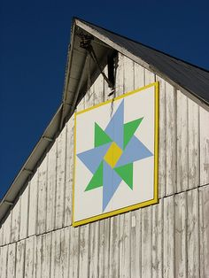 barn quilt in Iowa. I want a barn quilt for the studio. Barn Quilt Designs, Barn Quilt Patterns, Quilting Designs, Block Patterns, Country Barns, Old Barns, Iowa, Painted Barn Quilts, Barn Signs