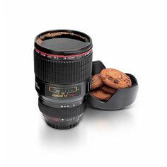 Taza de café para fotógrafos hecha como una réplica de la lente real