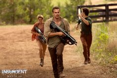 Insurgent - Publicity still of Shailene Woodley & Theo James Die Bestimmung Insurgent, Divergent Insurgent Allegiant, Theo James, Tris And Four, Tris Prior, Capture The Flag, Divergent Trilogy, Veronica Roth, Shailene Woodley