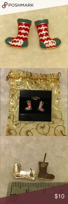 🎄NWOT Christmas Socks Earrings Get ready for the holidays with this super cute Christmas socks earrings. Stud earrings. Never worn. New Without Tag. Comes in a jewelry pouch as pictured. Jewelry Earrings