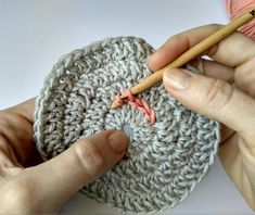 QUÉ HACER CON TUS RESTOS DE ALGODÓN: POSAVASOS COLORIDOS   The Blog - ES Crochet Stitches, Crochet Hooks, Crochet Patterns, Magic Circle, Slip Stitch, Double Crochet, Crochet Flowers, Knitted Hats, Coasters