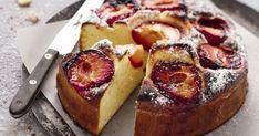 Un gâteau aux prunes délicieusement gourmand qui saura plaire aux petits comme aux grands. La texture briochée de ce gâteau et le goût acidulé de la prune forment une association harmonieuse. De plus, cette recette est très facile à réaliser. A vos fourneaux!