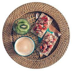 Kiwi / tostas de centeno y sésamo con trampò de atún con cilantro / café con leche de almendras #losdesayunosdeaurora