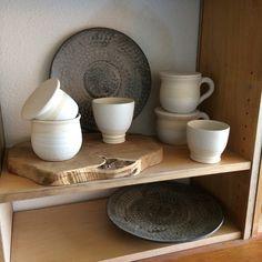 Van de zomer maar eens een open ateliertje houden en wat verkopen. Het jongt hier aardig aan. Best lastig om wat je gemaakt hebt los te… Serving Bowls, Pottery, Studio, Tableware, Instagram, Ceramica, Dinnerware, Tablewares, Pots