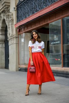 red midi skirt and tee- Carrie Bradshaw Lied