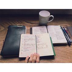 遂に、この3冊でいけそうな気がしてきました!!!! ほぼ日手帳は家置き、能率手帳とほぼ日週間手帳は持ち歩き、トラベラーズノートは振り返り用でレポート用紙を挟み、ゆっくり今後の計画なんかを立てる時に一緒に持って行ったりします。  能率手帳だけを持ち歩き用に出来てきたら、おっちゃん手帳に対する愛情がどんどん増しております(笑)  シンプルに。  ツールではなく中身で。  シンプルな方が、内容に集中できて心もスッキリです✨  はーーーーーーー、なんだか長かったーーーー #能率手帳 #おっちゃん手帳 #ほぼ日手帳 #hobonichi #travelersnote #トラベラーズノート
