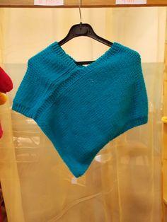 Poncho bleu taille enfant en tricot fait à la main.