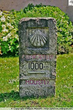 Borne-coquille dans les Landes. Borne kilométrique dans le village de Moustey, halte reconnue par les pèlerins du chemin de Compostelle
