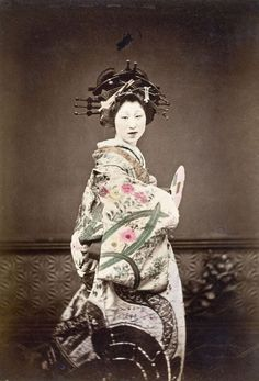 A vintage photograph of an oiran.