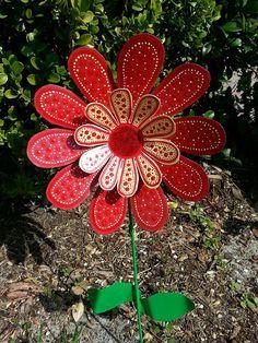 Red Daisy Metal Flower Garden Stake Garden by FlowerPowerShowers Soda Can Flowers, Tin Flowers, Paper Flowers, Flowers Garden, Wood Flowers, Plastic Flowers, Aluminum Can Crafts, Metal Crafts, Flower Crafts