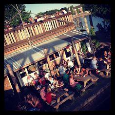 Hannekes Boom is een combinatie van een bar en een restaurant. In de zomer zit je heerlijk aan het water van de zon te genieten. Het terras gezellig en sfeervol. Je kan zelfs nu ook op het dak zitten. Kortom een heerlijk plekje voor in de zomer. http://www.hannekesboom.nl/