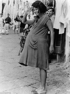 Pregnant Sophia Loren in Yesterday, Today And Tomorrow, 1963 Maternity Wear, Maternity Fashion, Maternity Style, Kino Theater, Sophia Loren Images, Dresses For Pregnant Women, Film Serie, Hollywood Glamour, Celebrity Photos
