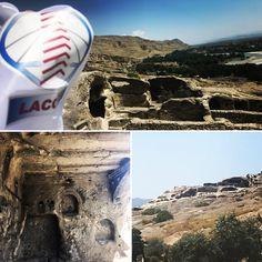LACOTEC en Uplistsikhe (en georgiano, უფლისციხე); es una antigua ciudad excavada en la roca localizada en el centro de Georgia, a unos 10 kilómetros al este de la ciudad de Gori, en la región de Shida Kartli. Tiene varias construcciones datadas desde la Edad del Hierro hasta la Baja Edad Media, y destaca por la combinación única de varios estilos de culturas rupestres de Anatolia e Irán, así como por la coexistencia de arquitectura pagana y cristiana.