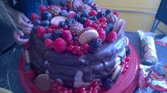 Chiffon cake, due strati di crema pasticcera, glassa di cioccolato bianco come copertura, glassa di cioccolato fondente, frutti di bosco, biscotti e cioccolatini come decorazioni