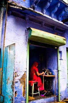 Reisfotografie straatfotografie naaiatelier Udaipur India. Foto door Marijke Krekels fotografie