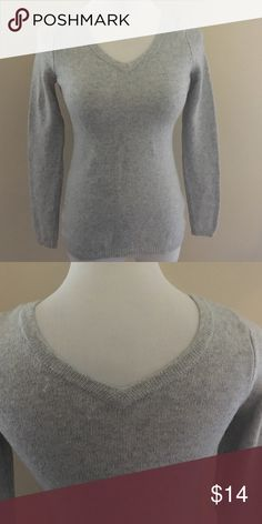 Old navy gray sweater 💕Good used condition. Size XS. Would look super cute with an oversized scarf! Old Navy Sweaters V-Necks