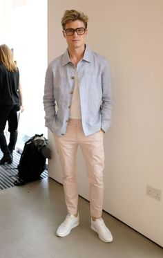 Oliver Cheshire Shows Men How To Wear Salmon (Pink) Oliver Cheshire, Stylish Mens Outfits, Casual Outfits, Men Casual, Mode Latex, Moda Blog, Look Street Style, Look Man, Best Dressed Man