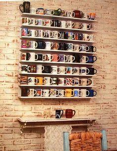 A caneca é um dos melhores objetos pra se colecionar: é útil, fácil de encontrar, tem infinitas estampas e formatos e costuma ser um item bem acessível! Além disso, pra quem gosta de viajar, é uma ótima lembrança pra trazer – e pode funcionar não só para beber alguma coisa, mas como decoração de casa, né? Para os viciados em café/chá, dá pra montar um cantinho especial – pode usar...