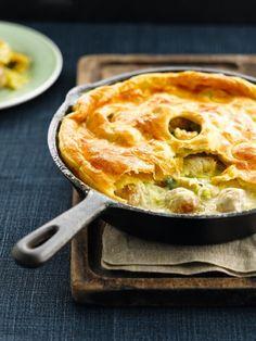 Bereiden: Verwarm de oven voor op 200°C. Snijd de kippenfilets in gelijke delen. Maak balletjes van het kippengehakt. Verhit wat olie en boter in een pan (geschikt voor de oven) op een matig vuur. Bak hierin de stukjes kip en balletjes gedurende 5 min. Voeg de fijngesneden prei en knoflook toe en laat mee sudderen. Roer er de bloem, bouillon en sojaroom onder en laat indikken. Hak de peterselie, voeg bij de saus en breng de saus verder op smaak met kerriepoeder, nootmuskaat, versgemalen p...