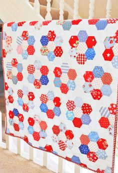 The seaside flower hexagons have finally all been sewn together and made into this little quilt........  .........i enjoyed making th...