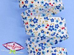 Niedliches Schrägband mit kleinen Streublumen zum Aufpeppen von Kleidung, Taschen oder Accessoires in toller Qualität.  So leicht und einfac...
