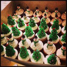#christmas #cupcake #tree #árbol #snowman #muñecodenieve #sapin de #noel #pastry #sweet #deco #yummi #delicious #dessert #bombillo #navidad #postre #dulce #bocadito #food #comida #red #rojo #green #verde #golden #dorado #silver #plateado #colors #fun #different #madebyme #coffeebread #cumbaya #quito #ecuador #vevey #vaud #switzerland #suisse Vevey, Quito, Ecuador, Desserts, Finger Foods, Sweet Treats, Christmas Cupcakes, Clean Foods, Theme Parties