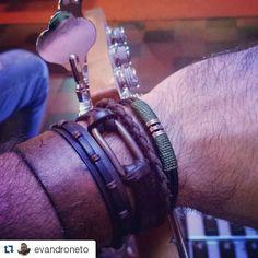 #Repost @evandroneto with @repostapp ・・・ Como algumas pessoas já vieram me perguntar, resolvi postar aqui! As pulseiras que eu uso são da @dracmawear! O Ronaldo e a Sílvia fazem um trabalho incrível! #pulseira #dracmawear #Dawnjones #rock #rockband #rockdebrasilia #bass #bassplayer #giannini #stratosonicbass #1980 #brasilia