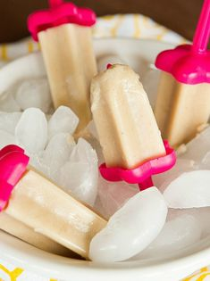 Banana Popsicles Recipe Desserts with milk, bananas, powdered sugar, vanilla extract Wow! Tasted so delicous! Definitely worth making, definitley worth tasting! Frozen Popsicles, Banana Popsicles, Smoothie Popsicles, Healthy Popsicles, Homemade Popsicles, Smoothies, Healthy Snacks, Yogurt Recipes, Fruit Recipes