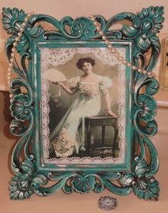 Prachtige Brocante barok lijst bewerkt met Annie Sloan's Chalk Paint in de kleur 'in Provence'. Met afbeelding op linnenpersing van Victoriaanse dame, afgewerkt met kant.