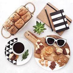Bom dia! ✨    Delícias de uma manhã de domingo! ☕️ Estou adorando fazer flat lays com comida. É tão bom experimentar e aprender coisas novas.