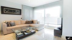 Salón con una gran ventanal diseñado por el estudio de Arquitectura GrupoIAS para una vivienda en la Moraleja.