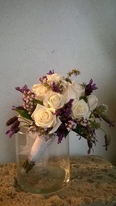 bouquet da sposa con rose avorio e lavanda provenzale