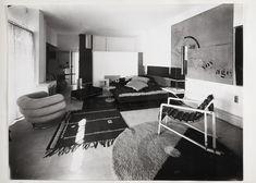 Eileen Gray. L'interno era polifunzionale con pratici arredi facilmente movibili nello stile da lei definito 'Camping style'. Sulla sinistra, la 'Bibendum chair', ispirata al 'Mr. Bibendum' o 'L'Uomo Michelin', che fu prodotta nelle varianti in similpelle e tessuto, ma sperimentata anche con un rivestimento in gomma. Sulla destra, la 'Transat chair' (1926-29). Dietro al daybed con la struttura in acciaio, il setto che nasconde la 'dressing room' e una doccia.