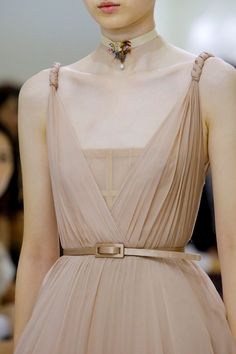Christian Dior Fall 2018 Couture collection, runway looks, beauty, models, and reviews. Fashion 101, Fashion Details, Latest Fashion Trends, Women's Fashion, Couture Fashion, High Fashion, Runway Fashion, Fashion Show, Fashion Design