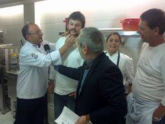 Em conversa descontraída o Chef Celso Freire faz a barba do colega Dudu Sperandio.