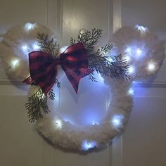 Disney Christmas Crafts, Disney Christmas Decorations, Mickey Christmas, Christmas Diy, Disney Holidays, Disney Themed Rooms, Mickey Wreath, Mickey Mouse Decorations, Navidad Diy