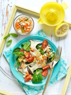 Spinat-Pilz-Salat mit Salsa I © GUSTO / Ulrike Köb I www.gusto.at Caprese Salad, Salsa, Vegan, Food, Carrots, Food Prep, Fennel, Food And Drinks, Insalata Caprese