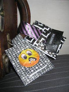 HAAGAKÄSSÄÄ: 5. luokkalaisten matkalaukkukortteja muovipussisul...