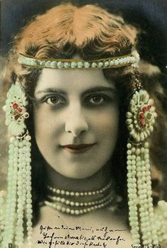 "Stunning tinted portrait of a women in elaborate ""oriental""/exotic style pearl headdress, Vintage Photos Women, Vintage Photographs, Vintage Images, Vintage Ladies, Vintage Gypsy, Vintage Beauty, Art Nouveau, Vintage Outfits, Vintage Fashion"