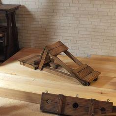 Muebles de BDSM la muñeca – Banco de azotes. BDSM muebles artesanales para muñecas de 12(30,5 cm) de altura de la muñeca. Es 10.2(26 cm) de largo, 3,3 (8,5 cm) de alto y 3(7.5 cm) de ancho. Anillos de metal en el producto para la fijación de las cadenas o cuerdas. Mazmorra de radiestesia son hechos a mano de madera natural. Tinte madera mancha roble. Muebles de laca mate en 2 capas de procesamiento. Este mueble BDSM puede ser un maravilloso regalo para tu muñeca Barbie favorita o ser…