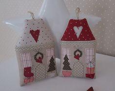 Süsses Weihnachts- Häuschen im angesagten Landhausstil! Sieht es nicht gemütlich aus? Ein zauberhaftes Weihnachtshäuschen zum Aufhängen oder Befüllen. Du kannst es an den Weihnachtsbaum, an...